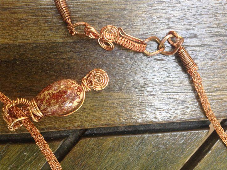 création artisanale, graine de palmier royale nain montée sur une chaînette de cuivre