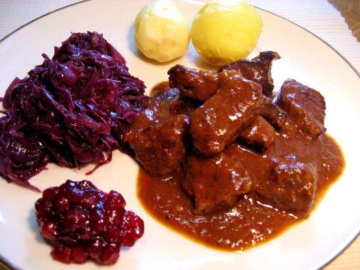 Das perfekte Wildschwein-Gulasch-Rezept mit Bild und einfacher Schritt-für-Schritt-Anleitung: Fleisch in Würfel schneiden, Zwiebeln und Suppengemüse in…