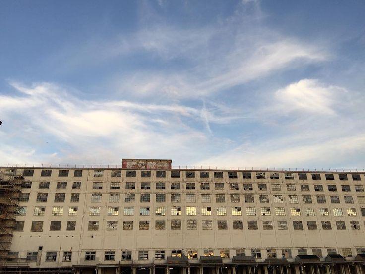 Eska... #DutchGarage #atmaastricht #ThisIsMaastricht #maastricht #architecture#ff #instafollow #l4l #followme #comment #follow #love #instagood #tbt #photooftheday #instadaily #blue #sky #clouds #monument