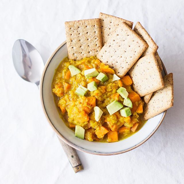 Another chilly weekend, another chance to warm up with something soupy. My easy curried yellow lentils hit the spot--especially with some 🥑 and something crunchy. ❤ #linkinprofile #stew #curry #whatveganseat #veganfood #veganrecipes #veganeats #vegansofig #vegansofinstagram #plantsplease #eatplants #plantbased #plantpowered #plantfood #eatcolor #nom #wholefoods #nourish #nourishyourbody 📷: @lighterculture