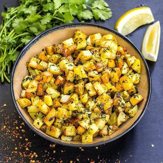 Batata harra (chilipotatis) - syrlig och kryddig potatis med koriander, vitlök och chili. En libanesisk favorit 💚 Något av det godaste jag vet är batata harra med baba ganoush i pitabröd🤤 Min mamma serverade ofta det med friterad fisk. Galet gott! Recept med steg för steg bilder hittar du i länken i min profil➡@zeinaskitchen