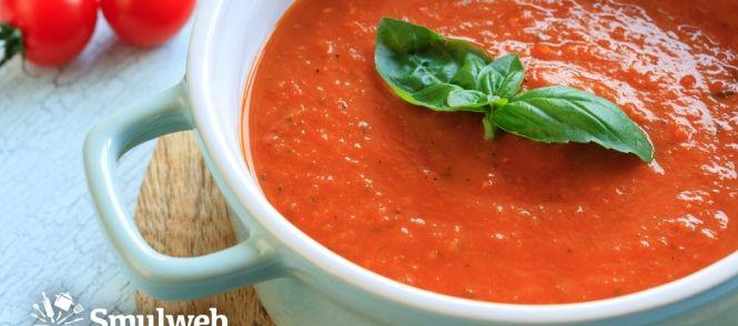 Verse italiaanse tomatensoep met basilicum