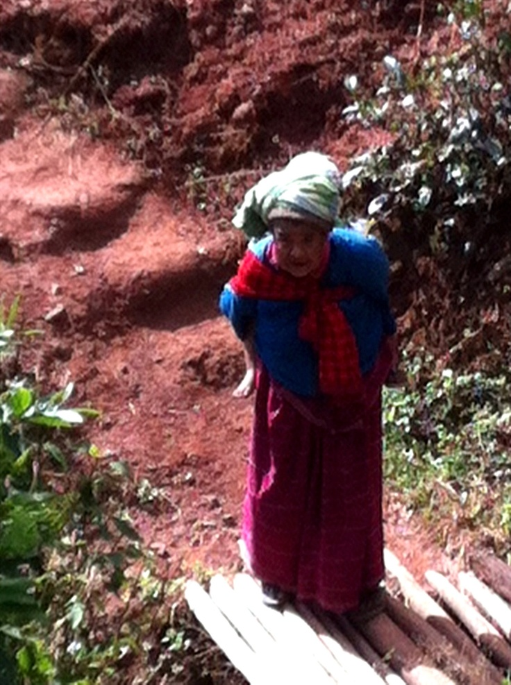 The old woman carrying her (grand)child naar Mandaly in The mountains