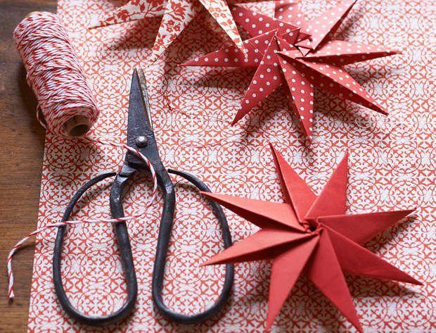 Une décoration de Noël tradi en rouge et blanc avec... L'étoile de Noël à 8 branchesTestez votre patience avec cette suspension en origami... Une superbe étoile de Noël à 8 branches !