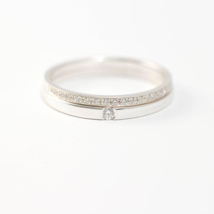 Alliances fine en or blanc sertie de 19 diamants. Bague de fiançailles serti d'un diamant.