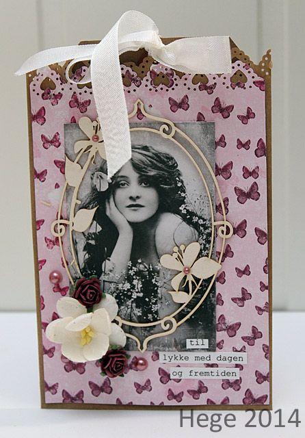 Ark fra Forventninger og klippemotiv + blomster fra Papirdesign.  Hege har lagd denne.