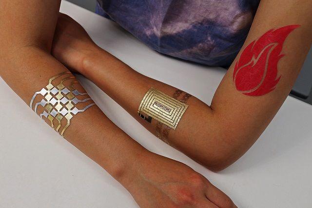 Met deze sieraden van bladgoud wordt je huid een touchscreen | The Creators Project