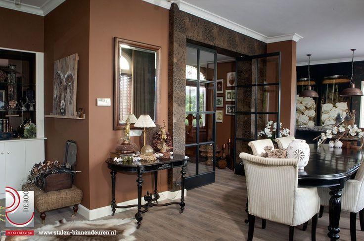 Voor een klassieke woning in Klundert hebben wij gezorgd voor bijpassende klassieke stalen taatsdeuren. Men denkt bij stalen deuren vaak al snel aan strak, modern en minimalistisch, maar dat hoeft helemaal niet het geval te zijn.
