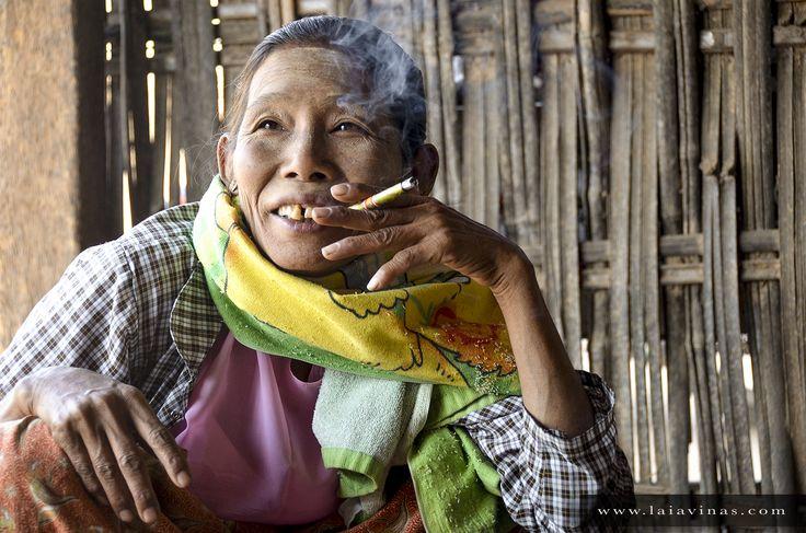 Los Siporis son los cigarrillos típicos de Myanmar. Tan típicos que es raro no ver a nadie fumando en cualquier momento que te pares a observar… un auténtico vicio difícil de controlar. Esta mujer incluso fumaba mientras comía.