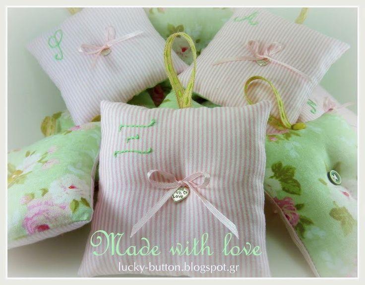 Το τυχερό κουμπί: Υφασμάτινα διακοσμητικά μαξιλάρια μαξιλαράκια με άρωμα λεβάντας to καθένα ξεχωριστά να έχει κεντημένο το μονόγραμμα