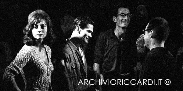 """Pier Paolo Pasolini sul set de """"Il gobbo"""" (1960) con Carlo lizzani - Foto Carlo Riccardi - www.archivioriccardi.it"""