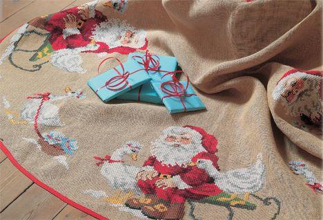Motiverne på de skønne julebroderier er helt klassiske med julemænd i rødt, hvide julegæs, sne, julepynt og pakker. Du får 3 fine opskrifter + diagrammer her!