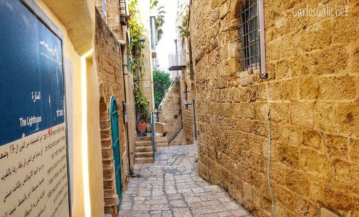 Caminando entre callejones / #Walking #between #alleys  Entre callejones y mezcla de estructuras antiguas y nuevas luchas en llevar la historia y plasmar en lo que queda de realidad ...  #travelling #travelphotography #discovery #religion #beautiful #stone #road #house #israel #love #telaviv