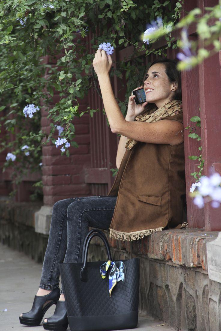 Blazer sin mangas con flecos + jean rasgado a la cintura + pañuelo + cartera Bacci Milano.  Styling : Jennifer Flores  Av. San Martín 156- 2do piso Barranco