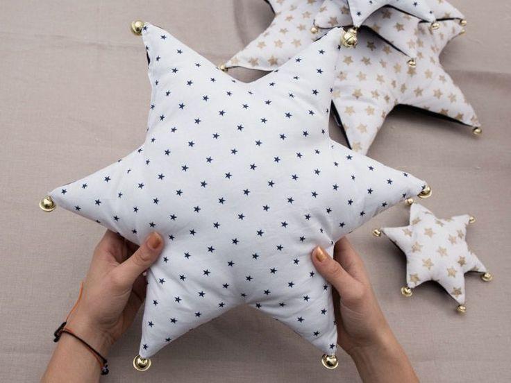 Tutoriales DIY: Cómo coser un árbol de Navidad con cojines de estrella vía DaWanda.com