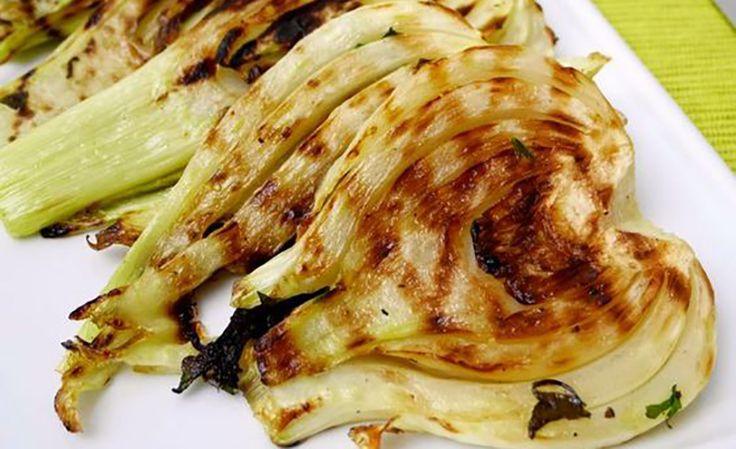 I finocchi al forno sono un contorno salutare e saporito che si può anche trasformare in un ottimo secondo piatto vegano.