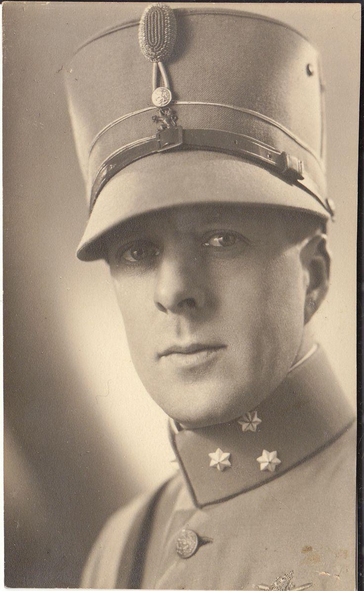 Kapitein, met de in de tijd voor de Tweede Wereldoorlog erg populaire kepie op zijn hoofd. De legerleiding maakte via legerorder No 465 van 1939 voorgoed een einde aan dit roemruchte hoofddeksel, door in verband met de mobilisatie het dragen ervan voor het overgrote deel van het leger te verbieden.