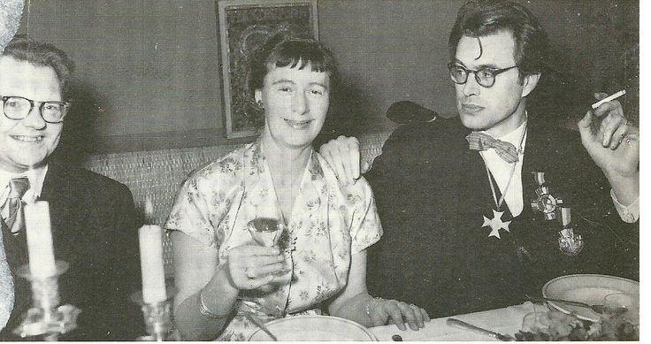 De veertigste verjaardag van Godfried Bomans gevierd in sociëteit Teisterbant. Links Wouter Paap, in het midden mw. Miep Schröder-van Gogh en rechts met sigaret en eretekenen Godfried Bomans