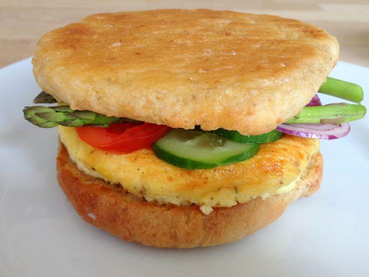 Egg McMuffin. En opskrift på en sund udgave af McMuffin. Den indeholder æg og grøntsager og begrænset mængde fedt.