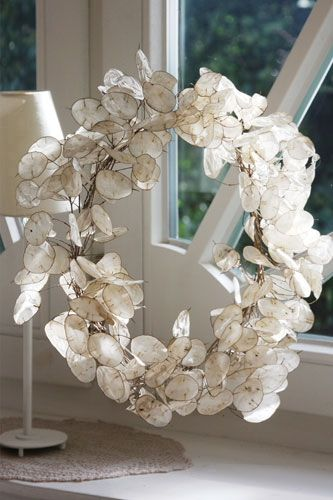 Honesty Wreath – this with some crystals interspersed and hanged so the light ca… – Herbstbasteln