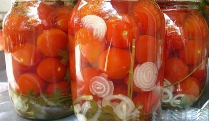 Rosii marinate cu ceapa pentru iarna! Rosiile marinate cu ceapa sunt o gustare excelenta pentru iarna. In urma marinarii devin aromate si suculente. Rosiile marinate cu ceapa vor fi un foarte bun aperitiv sau garnitura pentru