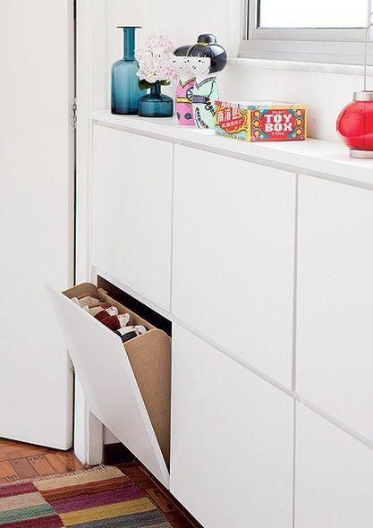 Embaixo da janela deu para instalar a sapateira revestida de laminado. Com 18 cm de profundidade, é suficiente para pôr os sapatos em pé nas gavetas basculantes de 65 x cantos