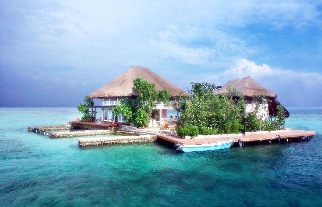 Isla Rosa, archipiélago del Rosario. Cartagena-Bolívar. Casa rosada construida sobre una roca frente al Mar Caribe