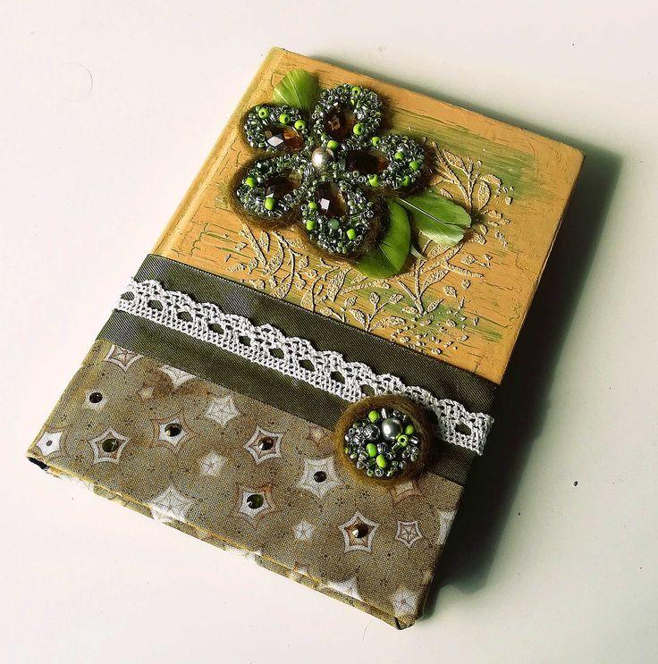 """Блокнот (бумага крафт) ручной  работы """"Зеленый цветок"""". Тетрадь, ежедневник, шерсть валяная, тесьма, лента атласная, акрил, кракелюр, бисер, бусины, крупные стразы, подарок"""