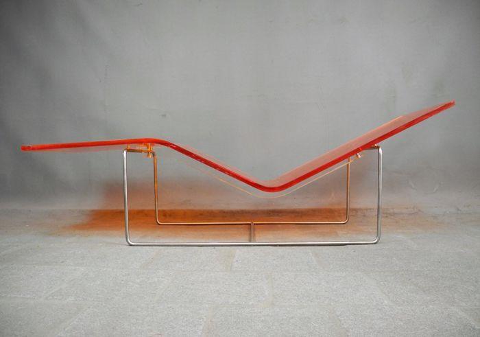 Jean-Marie Massaud voor Dornbracht - deck chair 'Wave'  Prachtige en zeer zeldzame 'deck chair' van Dornbracht genaamd 'Wave'. Ontworpen door de beroemde Jean Marie Massaud in 2003 en slechts in een zeer beperkte oplage geproduceerd!Prachtig vormgegeven van 2 cm dik plexiglas op een sierlijk stalen onderstel.Deze zeldzame 'deck chair' is werkelijk een prachtige eyecatcher voor in uw huis tuin of op kantoor! De afmetingen zijn: 180 cm lang 55 cm breed met een hoogte variërend van 24 cm tot 60…