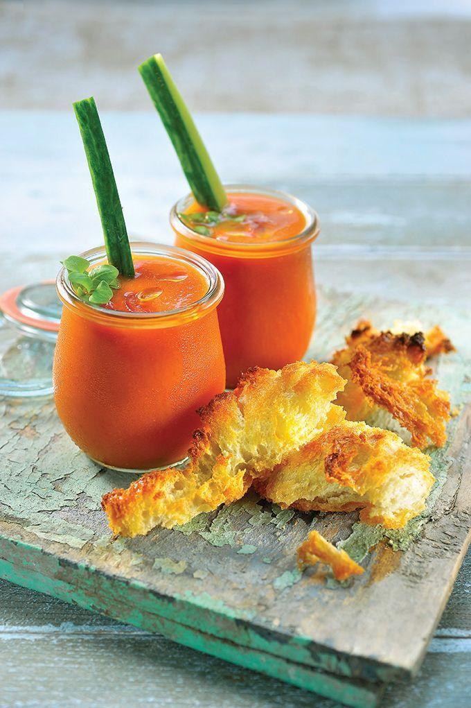 Bereiden: Maak de lookbroodjes: Marineer de look 15 minuten in 50 ml olijfolie. Snijd 1 kant van het brood, haal het voor ¾ uit en maak er proppen van. Overgiet het brood met de lookolie. Bestrooi met fleur de sel en leg even op de bbq zodat het brood een mooi korstje krijgt. Let erop dat de toastjes vanbinnen zacht blijven.  Maak de gazpacho: