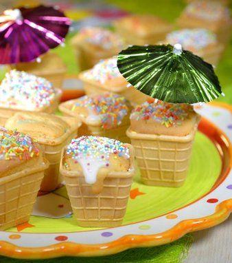 Deze cakejes lijken net echte #ijsjes! Een mooi gezicht: een schaal voor vrolijk gekleurde #kindertraktaties. #zomer