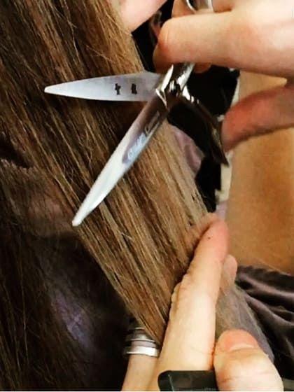 Beim Hair Dusting bearbeitet der Friseur alle abstehenden Härchen mit der Schere. So hat Spliss keine Chance!