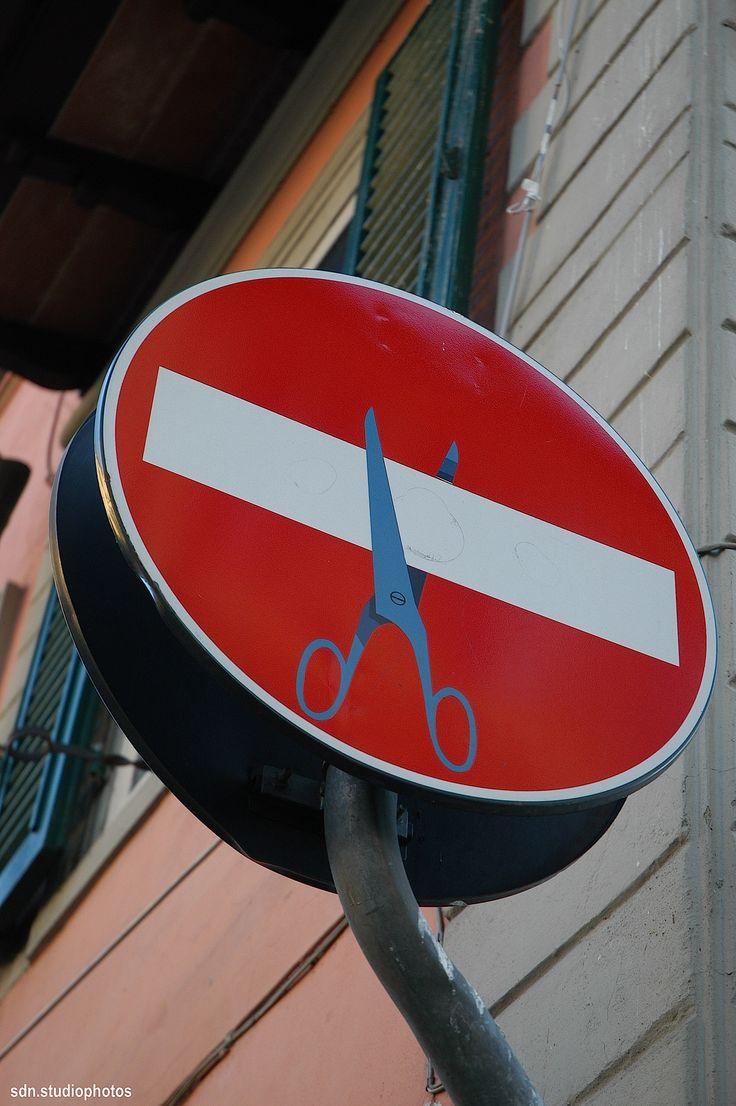street art by Clet Abraham, Via Gioberti, Firenze (Toscana, Italy) http://restreet.altervista.org/clet-lartista-dei-cartelli-stradali/