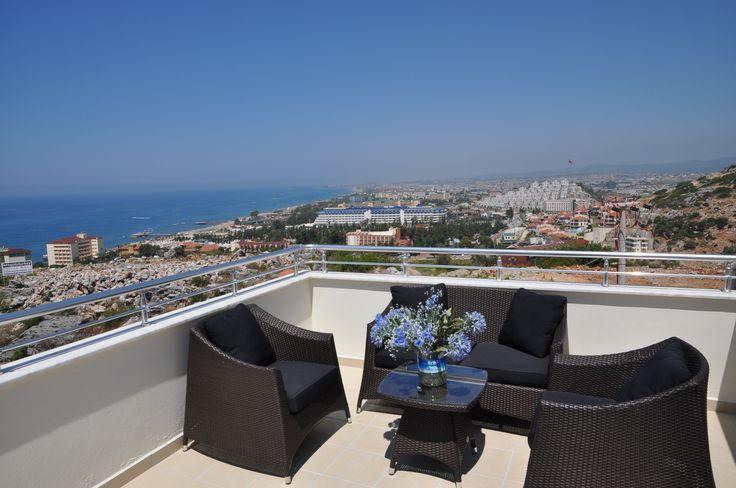 Vanaf het balkon, grenzend aan de master bedroom, een prachtig uitzicht over zee en Konakli!
