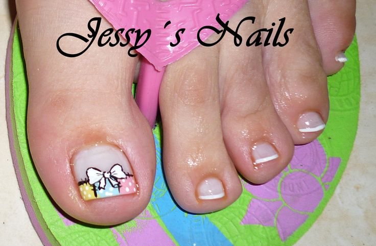 uñas de los pies decoradas con moños