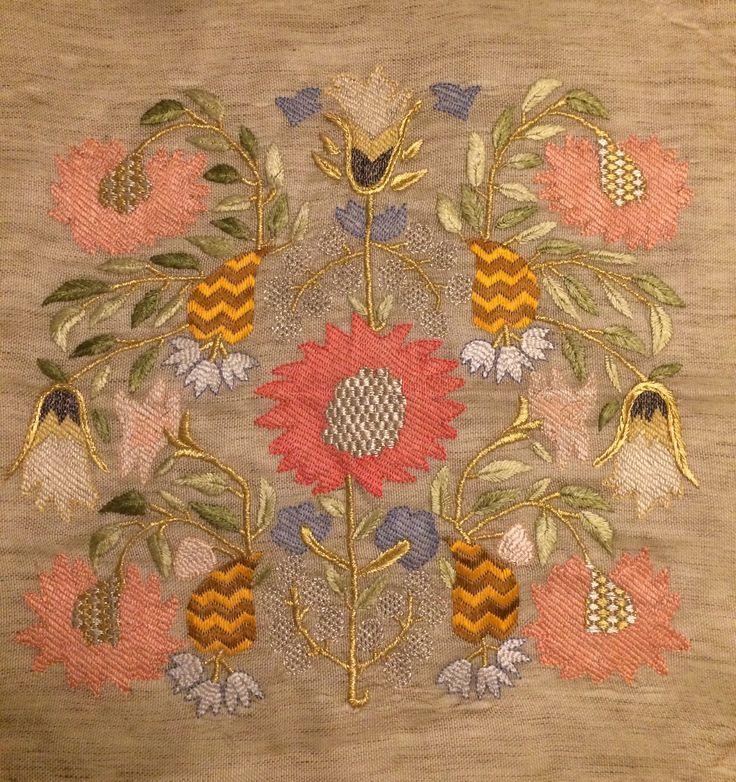 Kendi Çalışmalarım. Yastık Türkişi ,ipek kumaş üzerine ipek iplik ve sim ile işlendi. Düz pesent ,verev pesent verev muşabak,civan kaşı,ananas susma ve balık sırtı tekniği kullanıldı.