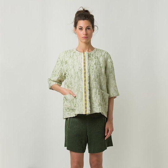 Modello Alina  Boxy jacket  manica 3/4 verde di unagoinunpagliaio