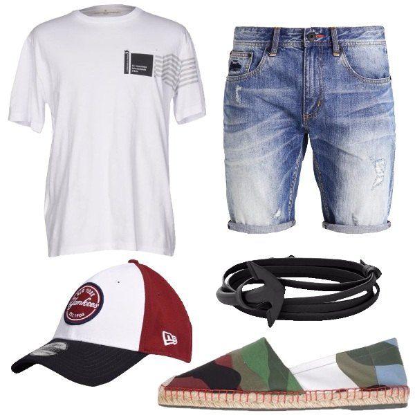 Outfit composto da shorts di jeans, t-shirt bianca con stampa, espadrillas in tela con interno in pelle a fantasia mimetica, cappello con ricamo e logo e bracciale in ottone e pelle.