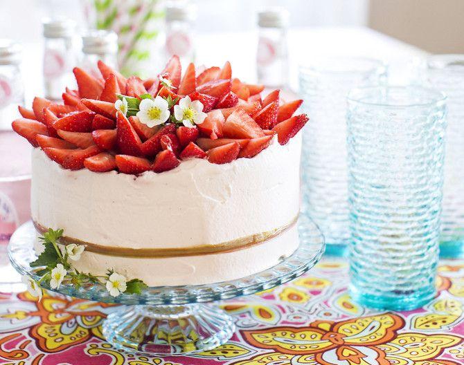 Kesän suloisin kakku kätkee sisäänsä suklaa- ja raparperi-mansikkamoussea.