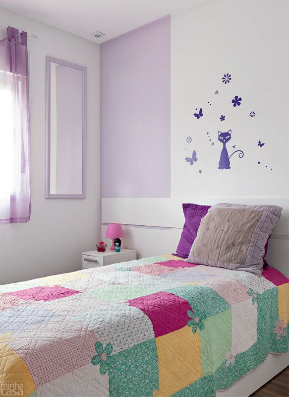 Delicada, a pintura do dormitório de Mayara combina listras brancas e um tom de lilás, cor eleita pela pré-adolescente de 10 anos para se repetir na cortina, na moldura do espelho e nos adesivos.