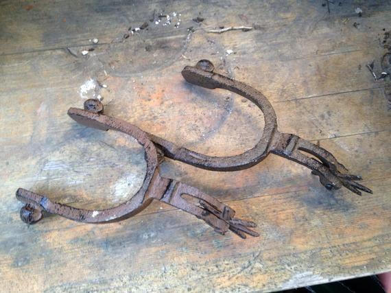 Paar schwere Western Cowboy Cowgirl Gusseisen Stiefel Sporen rustikale Scheune Dekor