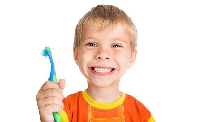 FLUORIZAREA Fluorizarea este una dintre principalele metode de prevenire a cariilor la copii.  Fluorul este substanta ce face ca smaltul dintilor sa fie mult mai rezistent la atacul acid si la factorii externi care duc la aparitia cariilor.
