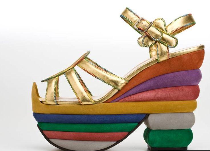 В XX веке обувь на платформе одним из первых реабилитировал Сальваторе Феррагамо. На волне авангардного искусства конца 20-х годов знаменитый флорентийский дизайнер создал сандалии с позолоченными пряжками на разноцветной пробковой платформе, которые до сих пор выглядят современно