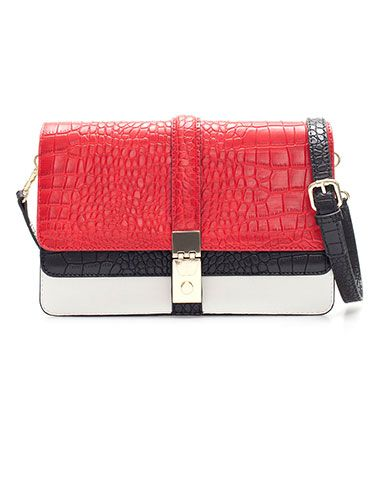 You can't go wrong with this classic color combo on this shoulder bag!