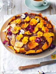 Recept: Feestelijke choco-ananastaart met viooltjes - Sante.nl