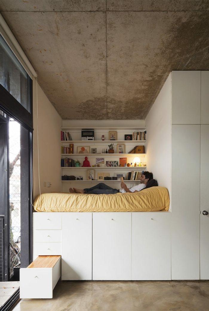 lit sur une estrade en bois très haute | Mini gîte | Comment ...