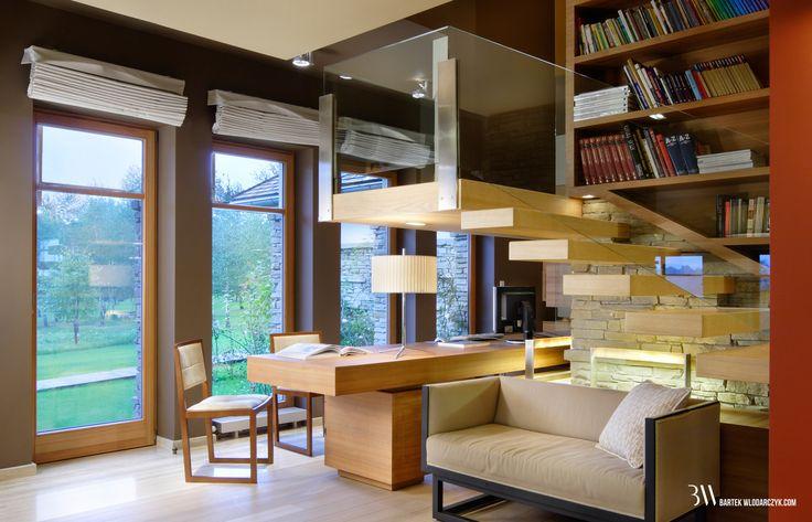 Aranżacja wnętrza z aneksem z gabinetem i biblioteką pod schodami. www.bartekwlodarczyk.com