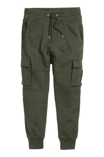 Joggers en tejido sudadera con cintura elástica y cordón de ajuste. Modelo  de tiro bajo con cierre decorativo y bajos en punto elástico. Bolsillos al  bies c34e9c52fed6f