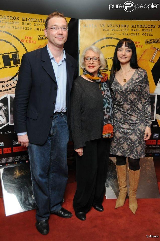 Micheline Presle entourée du réalisateur Frédéric Sojcher et de la comédienne Maria de Medeiros, lors de l'avant-première de  HH, Hitler à Hollywood , à l'UGC Ciné-Cité des Halles, le 28 avril 2011.
