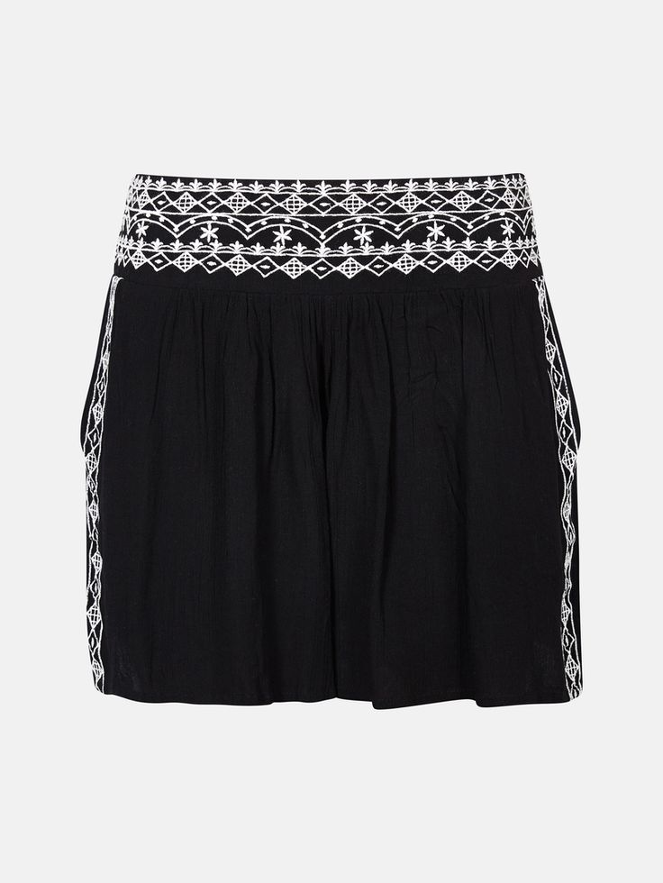 Korta shorts i en lätt kräppad viskos med broderade detaljer i midjan och på sidorna. Bred resår i ryggen och fickor i sidorna.  Svart